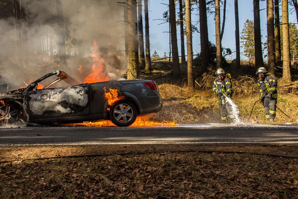 Die wohl bekannteste Aufgabe der Feuerwehr: Feuer löschen. Hier wurde die Feuerwehr zu einem Fahrzeugbrand auf einer Bundesstraße alarmiert. Das Foto ist unmittelbar vor Beginn der Löscharbeiten entstanden. Foto: Hendrik Eifert