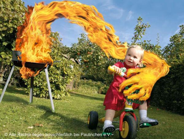 Kind wird von Grillflamme erfasst
